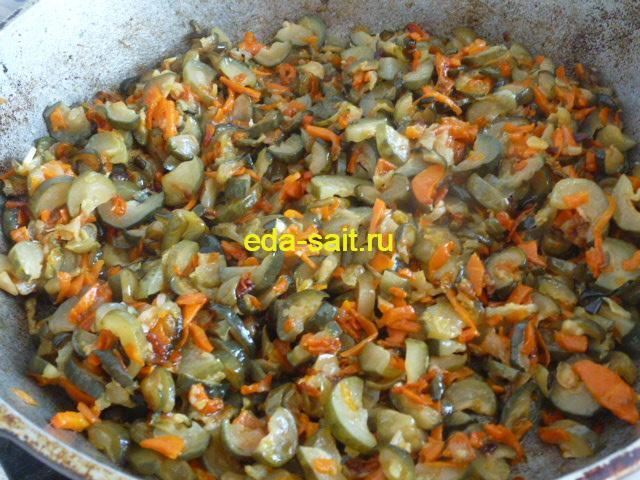 Обжариваем соленые огурцы и овощи до готовности