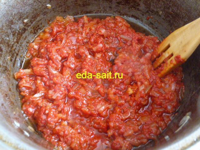 Добавляем к обжаренному луку томатную пасту