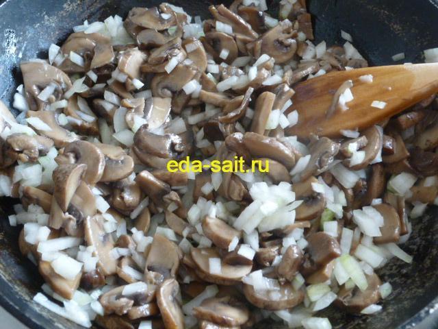 Обжариваем грибы и лук для голубцов
