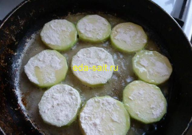 Обжариваем кабачки в сковороде