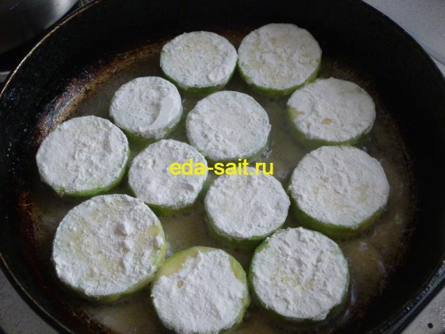 Обваливаем кабачки в муке и выкладываем в сковороду