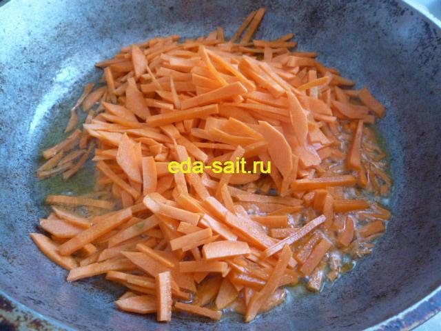 Обжариваем морковь для икры из соленых огурцов