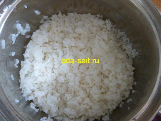 Отваренный рис до полуготовности для голубцов с грибами