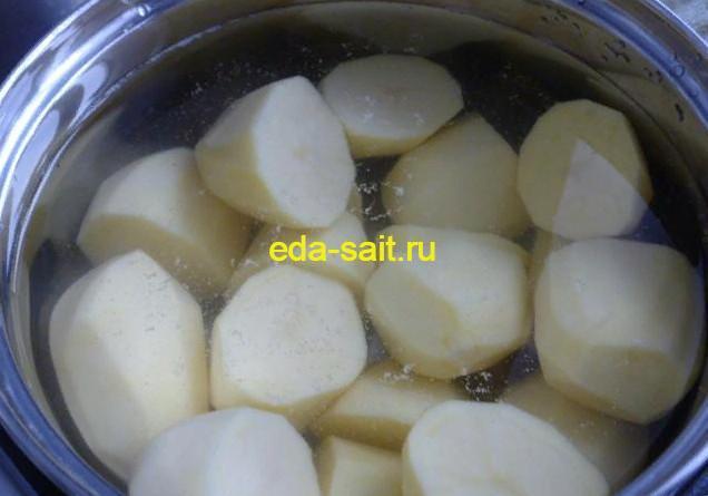 Отвариваем картошку для запеканки с творогом