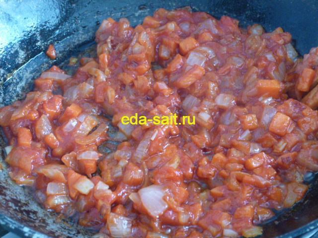 Тушим лук и морковь с томатной пастой