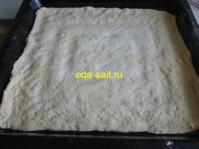 Выкладываем тесто для пиццы в форму