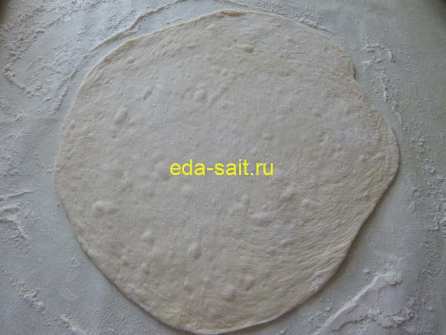 Раскатать дрожжевое тесто в пласт