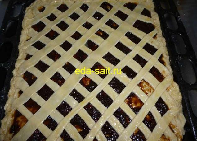 Смазываем пирог Решетка яйцом