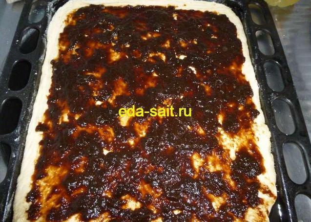Смазываем тесто вареньем или джемом