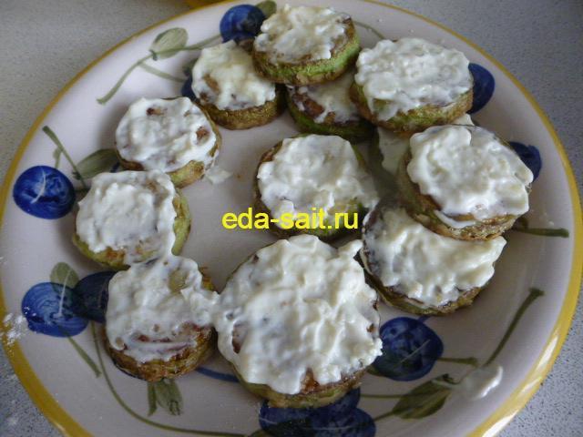 Жареные кабачки выкладываем на тарелку и смазываем чесноком и майонезом