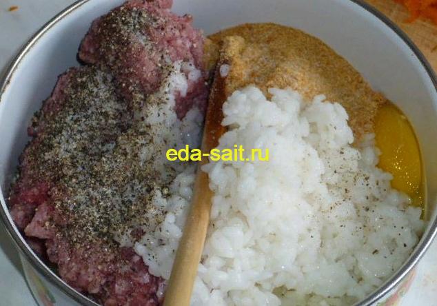 Соединяем ингредиенты для тефтелей