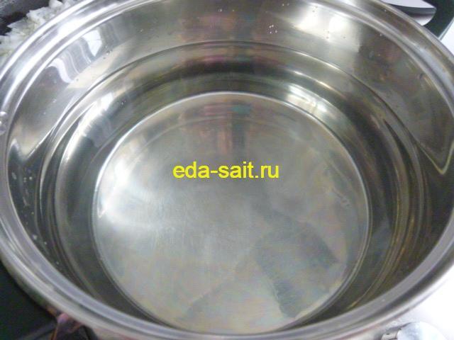 Ставим кастрюлю с водой для супа на плиту