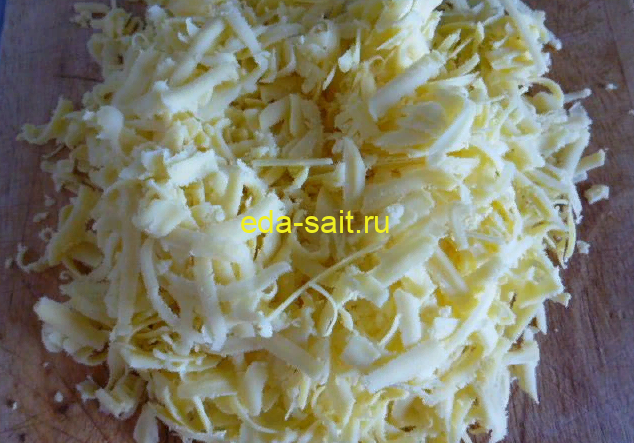 Натираем сыр на крупной терке для пиццы Венеция