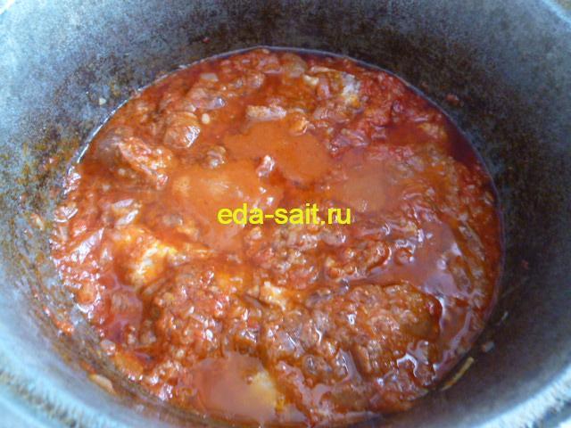 Перемешиваем тушенку с томатной пастой и луком