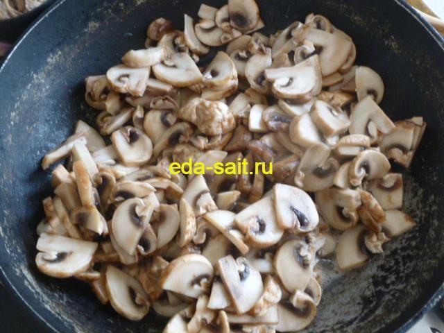 Выкладываем в сковороду грибы