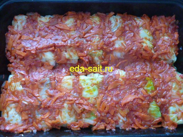 Выкладываем на голубцы с рисом и грибами обжаренные овощи с томатной пастой