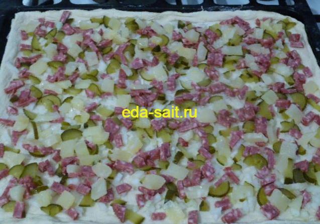Формируем пиццу 100 грамм и выкладываем ананасы