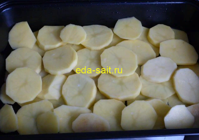 Первый слой запеканки с тефтелями картошка