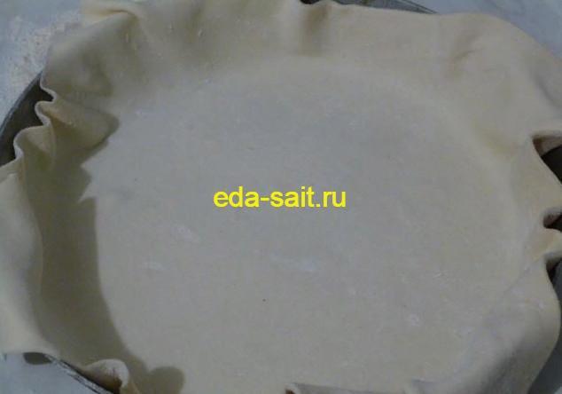 Выкладываем слоеное тесто в форму