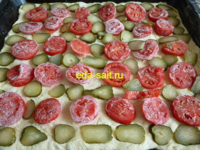 Пицца с плавленым сыром слой соленых огурцов