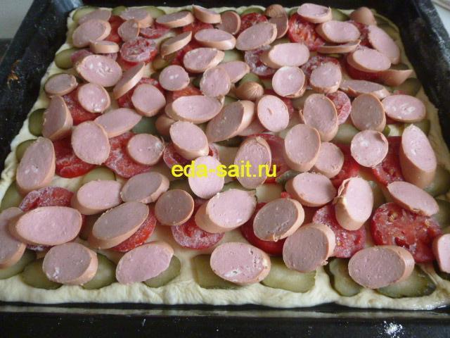 Выкладываем сосиски на будущую пиццу