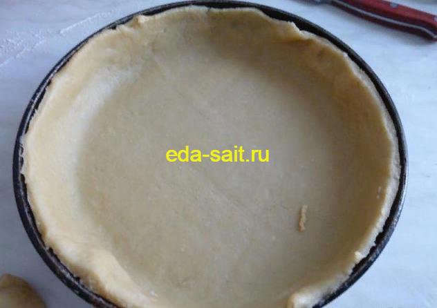 Выкладываем песочное тесто в форму