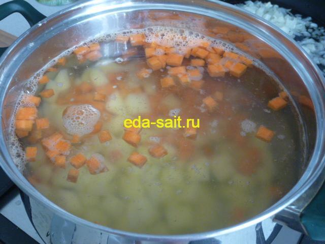 Первыми в суп выкладываем картошку и морковь