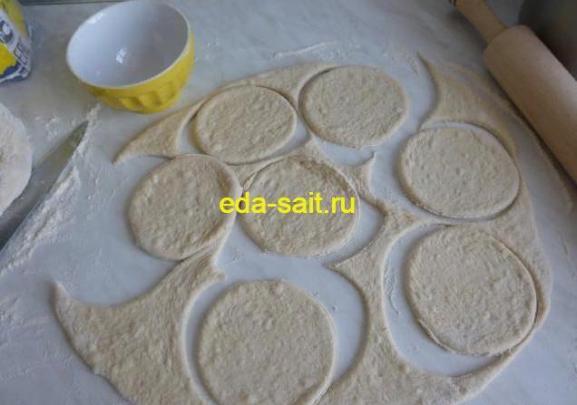 Вырезаем из дрожжевого теста кружки для пирожков
