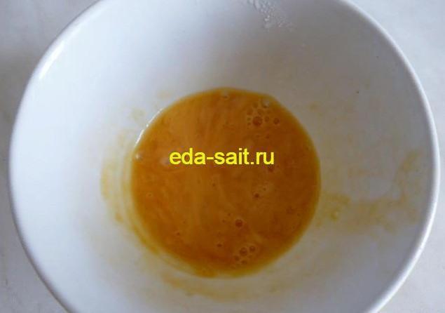 Взбиваем яйцо для смазывания пирожков с яйцами и зеленым луком