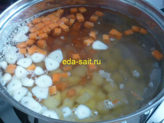 Закладываем в борщ на воде картошку, морковь и чеснок