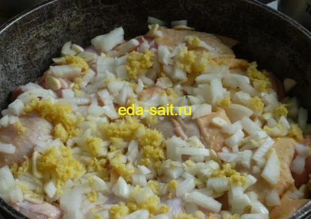 Выкладываем на куриные части лук, специи и приправы