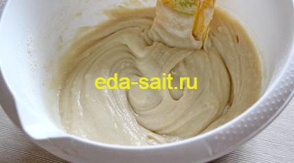 Замешиваем тесто для банановых маффинов
