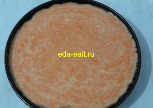 Выливаем основу для морковного торта в форму