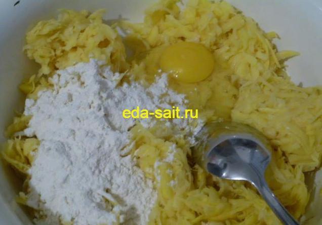 Добавляем к картофелю яйца и муку
