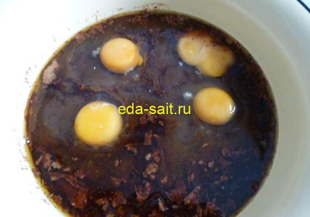 Добавляем в основу для шоколадного кекса яйца