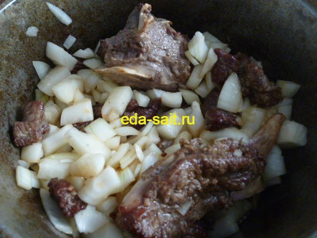 Обжариваем мясо и лук для пиева