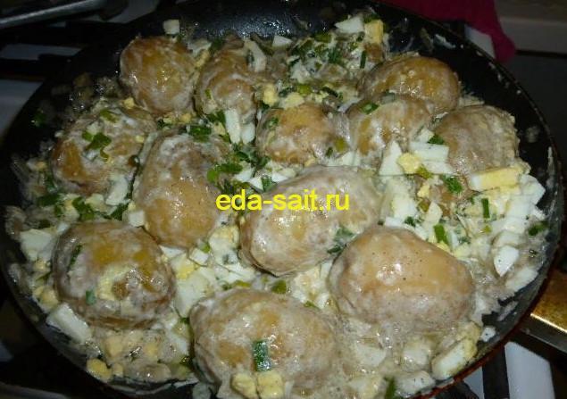 Картошка с яйцами и сметаной