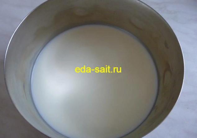 Наливаем в миску молоко и начинаем делать тесто для шоколадного кекса