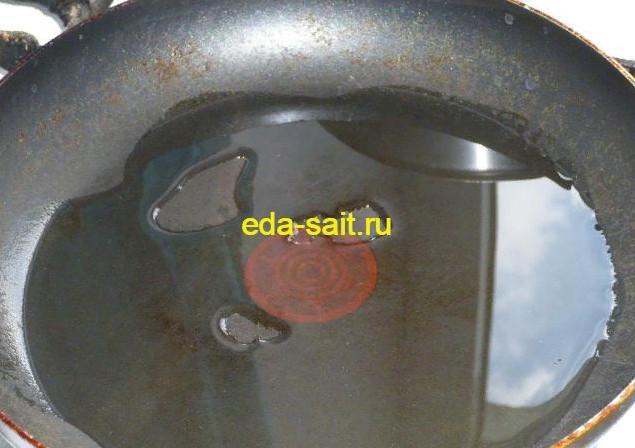 Наливаем в сковороду масло для жарки оладий