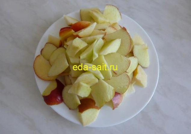 Нарезаем яблоки для шарлотки