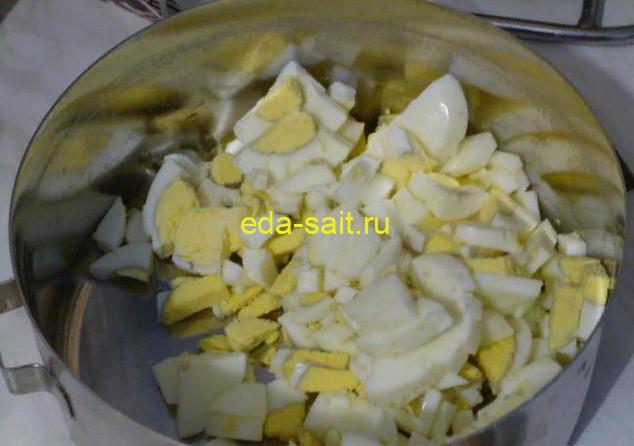 Нарезаем яйца для картошки со сметаной