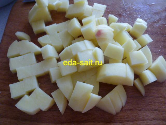 Нарезаем картошку в лагман кубиками
