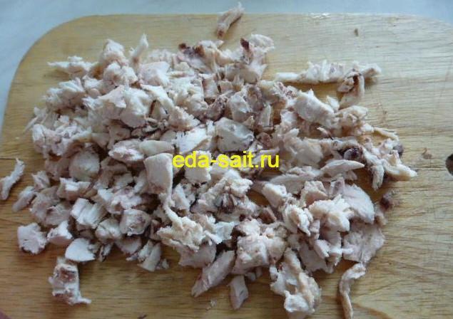 Нарезаем куриное мясо для оладий