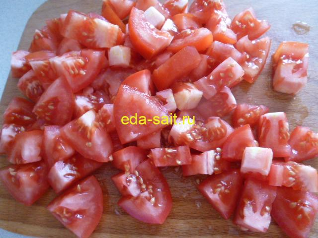 Нарезаем помидоры для лагмана