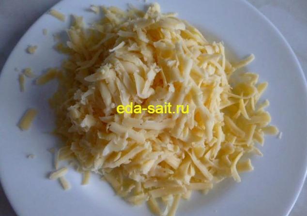 Натираем сыр для пиццы с курицей