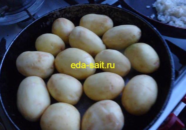Выкладываем картошку в сковороду