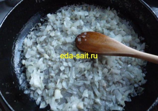 Обжариваем репчатый лук для картошки с яйцами и сметаной