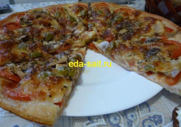 Пицца с моцареллой в разрезе