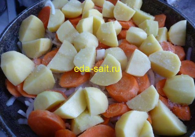 Следующим слоем выкладываем в басму картошку