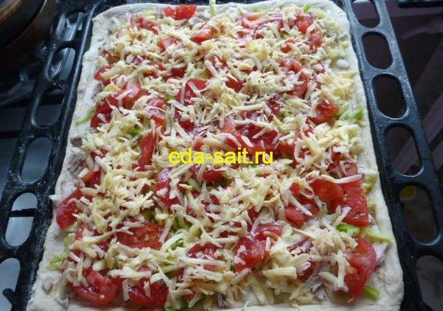 Ставим пиццу с курицей в духовку